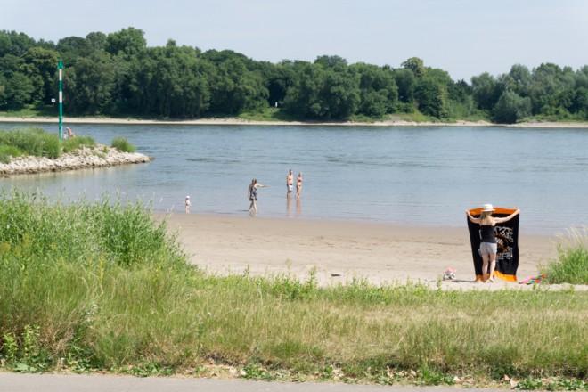 Menschen im Rhein