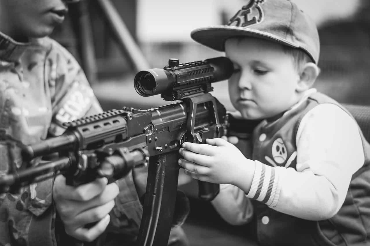 Lehrer bewaffnen Kinder