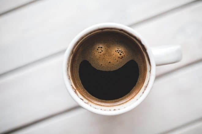 kaltegebrühter Kaffee zaubert ein Lächeln
