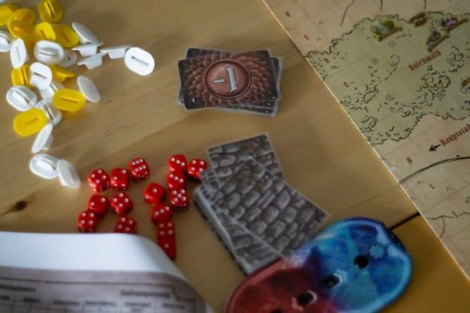 Spielmaterial auf dem Tisch