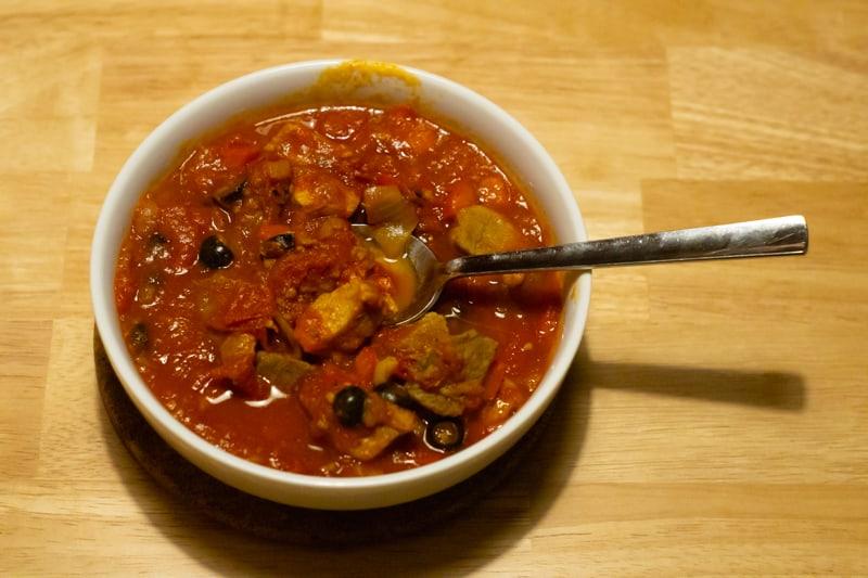 Tomaten-Gulasch mit Oliven verfeinert
